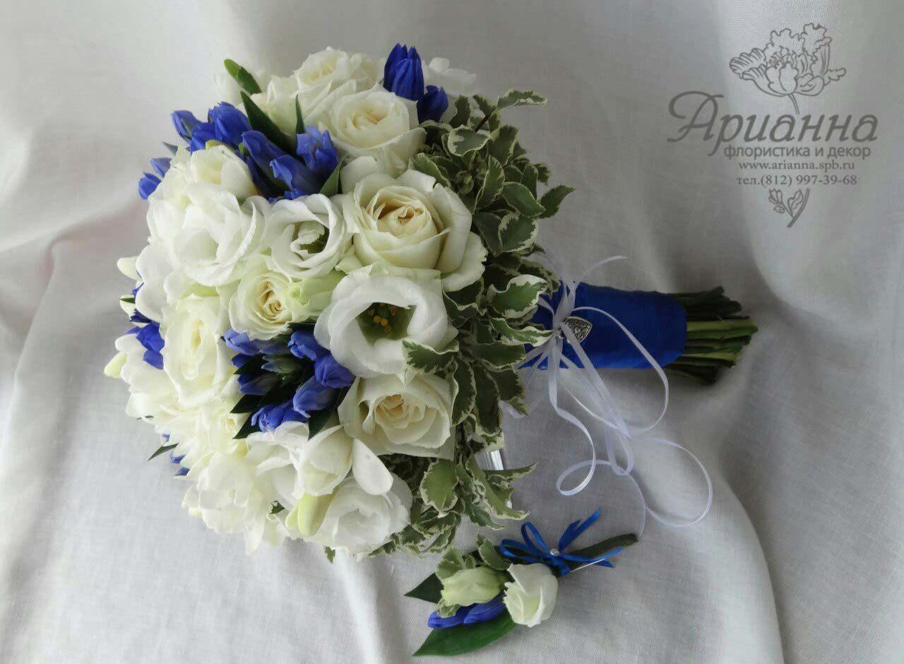 Каскадный букет невесты с синими цветами фото